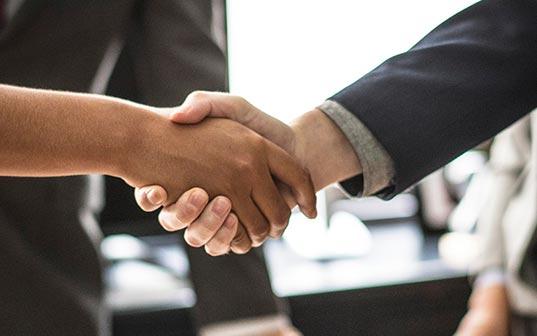 Apretón de manos acuerdo venta carteras de hosting